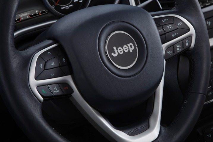 مراجعة سيارة جيب شيروكي 2015