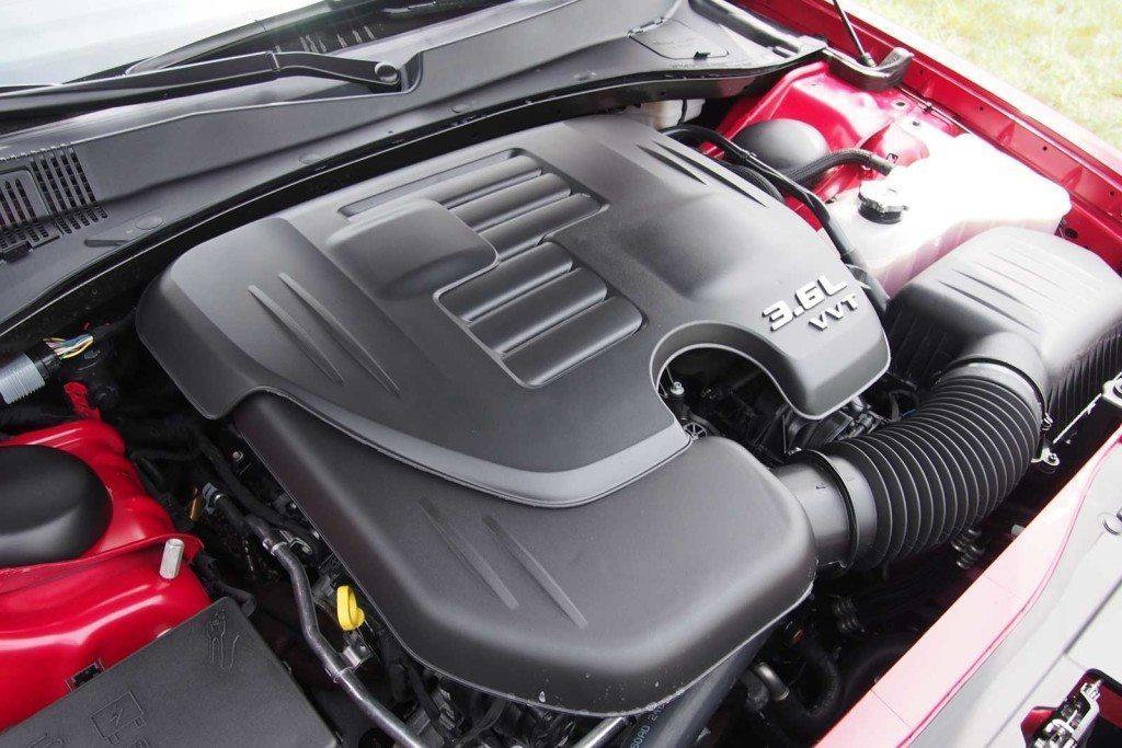 2016-Chrysler-300S-Engine-03