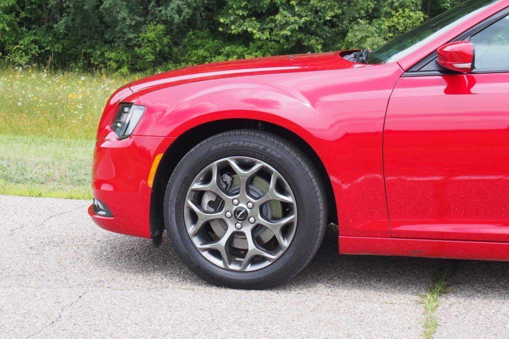 2016-Chrysler-300S-Wheel-01